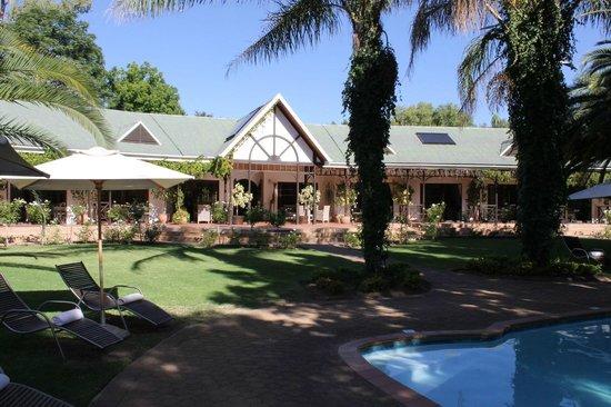 Hlangana Lodge:                   Blick vom Pool auf die Zimmer