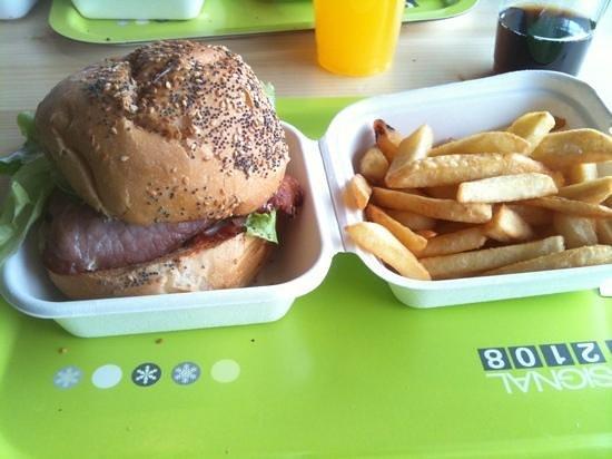 SIGNAL 2108 :                   l'EnOoorme burger !!! Largement suffisant pour une journée de ski.