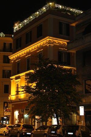 Das Hotel Dei Consoli bei Nacht