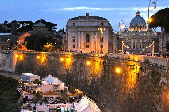 Hotel Dei Consoli: Am Tiber mit Blick auf Petersdom bei Nacht