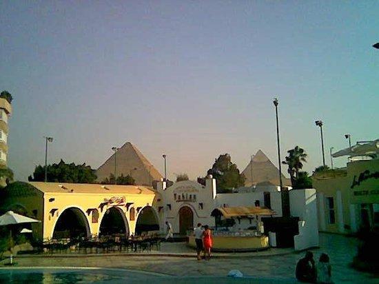 Le Meridien Pyramids Hotel & Spa:                   il panorama dalla piscina!!!!