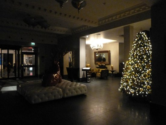 Radisson Blu Edwardian Bloomsbury Street:                                     The Lobby at 1am!!