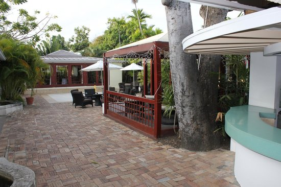 Island Inn Hotel:                   Bar, dining area and gardens