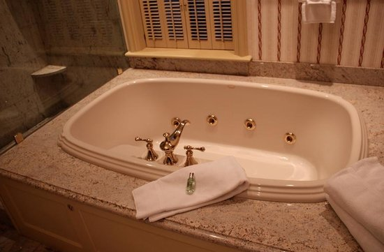 The Chanler at Cliff Walk: Gorgeous Jacuzzi Tub in our Suite