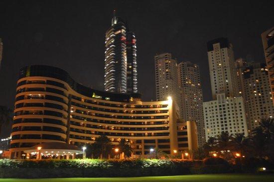 فندق لو رويال ميريديان بيتش ريزورت آند سبا:                   Hotel at night                 