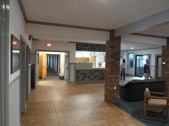 Port Hardy Inn: Empfangshalle mit Rezeption