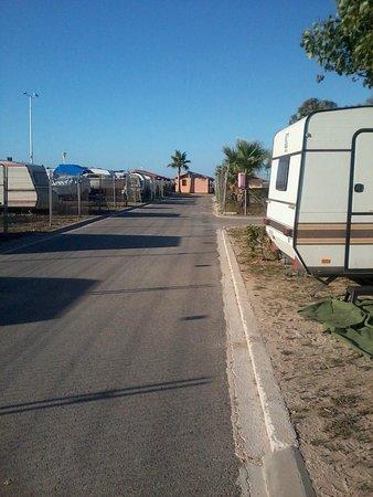 Camping L'Aube:                   straatjes op de kamping