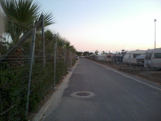 Camping L'Aube:                   straatje tussen bungalows