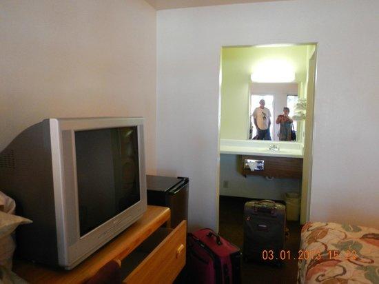 E-Z 8 Motel Lancaster: 1st view
