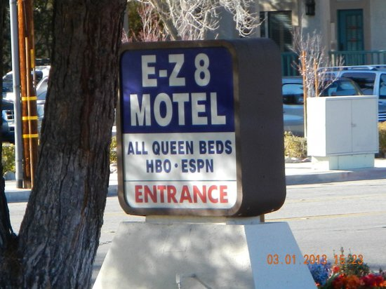 E-Z 8 Motel Lancaster: road sign