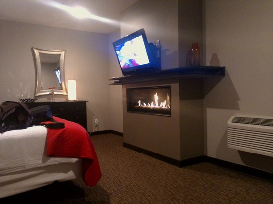 Belamere Suites Hotel: Fireplace
