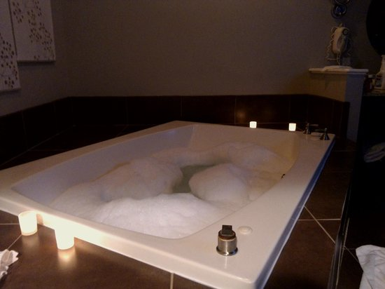 Belamere Suites Hotel: Jacuzzi Tub