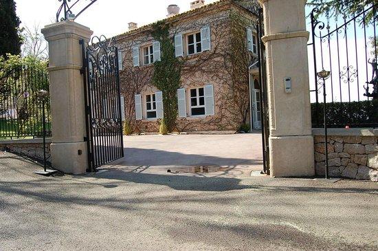 Domaine du Mont Leuze :                   entrée juste avant Les Terrasses