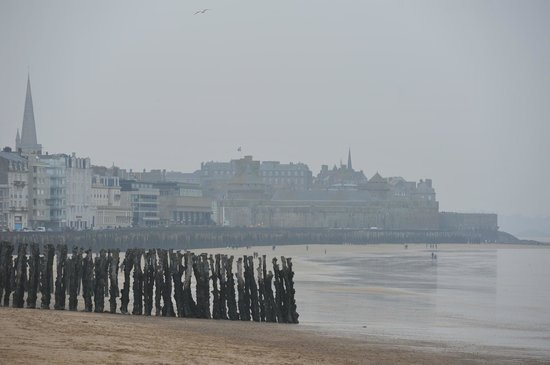 Brit Hotel Le Surcouf :                   Vue de la promenade de Rochebonne