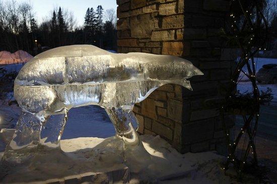 Hôtel-Musée Premières Nations:                   Statue de glace à l'entrée de l'hôtel