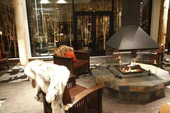 Hôtel-Musée Premières Nations:                   Coin salon avec feu de cheminée