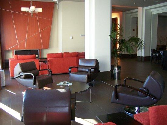 Fauteuils confortables TV LCD foyer situé pr¨s du lobby