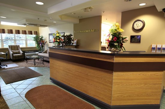 GuestHouse Inn & Suites Sutherlin: Front Desk