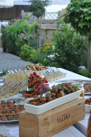 Augustlhof: Fingerfoodbuffet auf der Terrasse