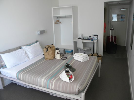 Sydney Harbour YHA:                   room overview; 2nd trundle bed underneath