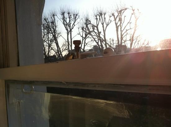 Henley House Hotel:                   vetri sporchi e finestra in legno
