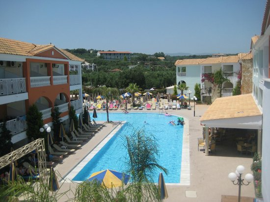 Planos Bay Hotel:                   the hotel and pool