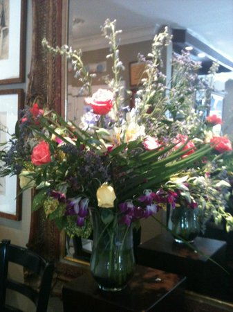 La Te Da Hotel: Fresh flowers in the indoor bar!
