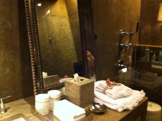 Hotel Matilda:                   regaderas y vestidos