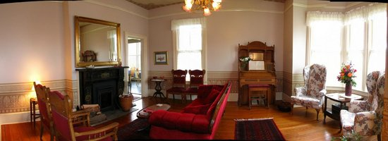 Blue Goose Inn Bed and Breakfast: Parlor of Kineth House