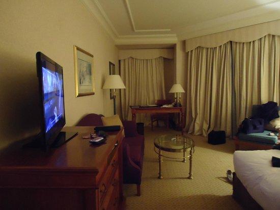 Conrad Cairo:                   plasma, cama king size, almohadas y colchón incomparables