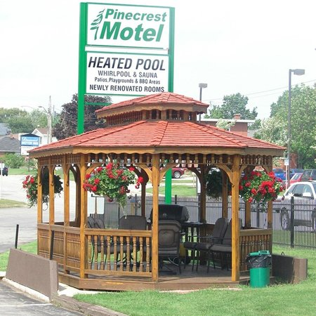 Pinecrest Motel - Inn on 6th: Gazebo with Barbque