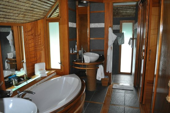 Le Taha'a Island Resort & Spa: bath area