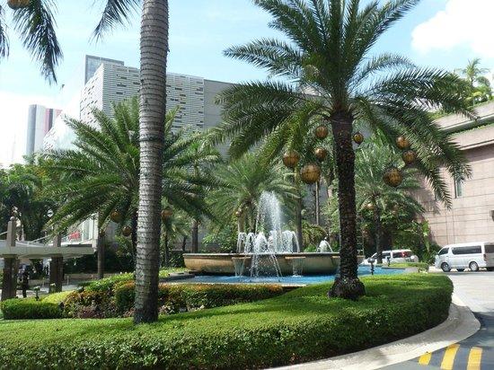 Makati Shangri-La Manila : Entrance to Hotel