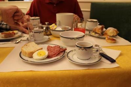 Hotel Italia: Delicious complimentary continental breakfast to start the day