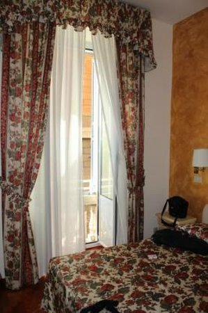 Hotel Italia: Quaint clean room with Juliet balcony