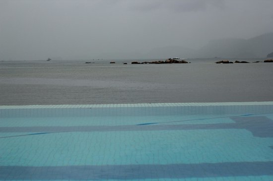 Golden Tulip Angra dos Reis: the swimming pool and the sea
