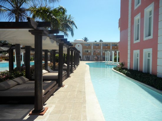 The Royal Suites Turquesa by Palladium:                   Beds near the pool