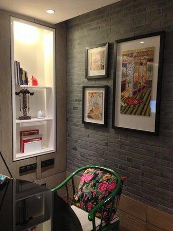 Hotel Indigo Shanghai on the Bund:                   Premiere Room desk area