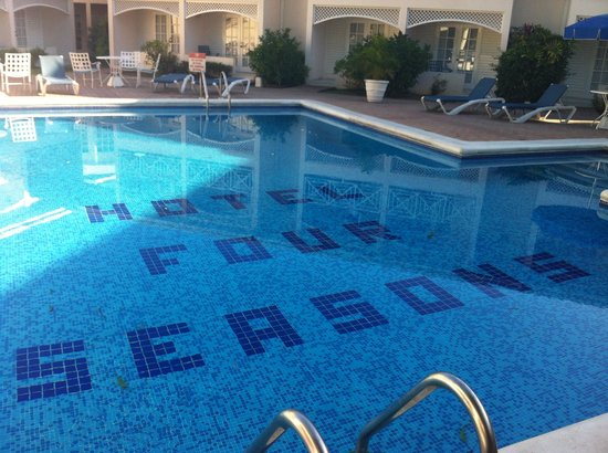 Hotel Four Seasons: Relaxing at the pool side