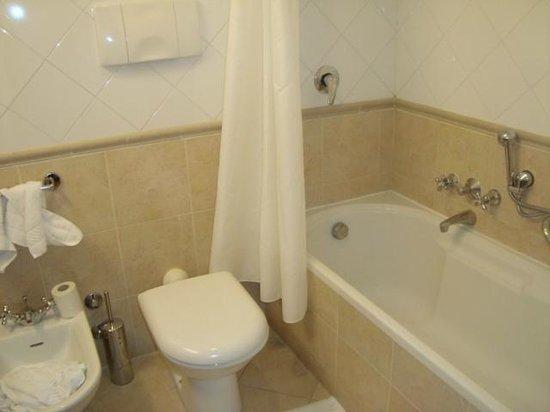 ATAHOTEL Linea Uno Residence:                   O Banheiro da suíte com cortina na banheira