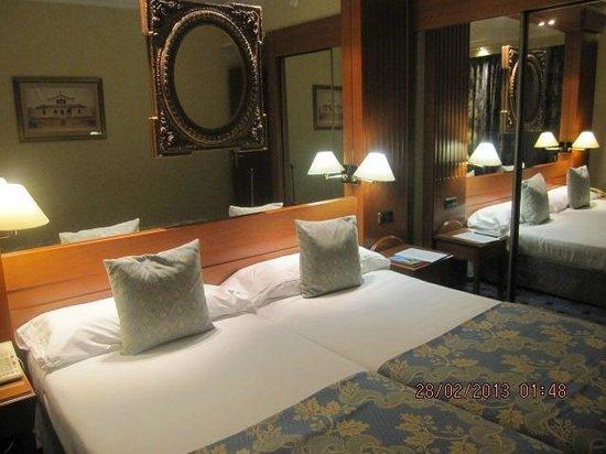 Hotel Sevilla Macarena:                   yatak ve dolap