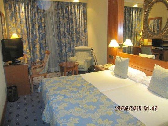 Hotel Sevilla Macarena:                   oda