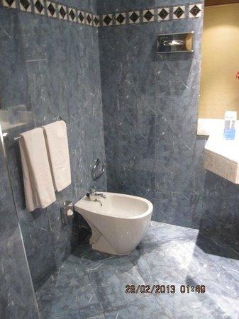 Hotel Sevilla Macarena:                   banyo
