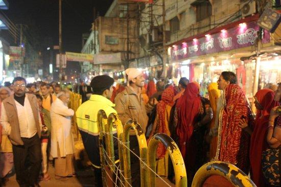 Big Line Up Picture Of Golden Temple Kashi Vishwanath