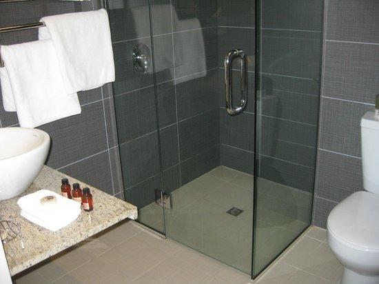 315 Euro Motel: Clean, modern bathroom