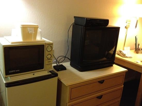Quality Inn & Suites Sunnyvale/Silicon Valley: VHS player! and an interesting looking microwave