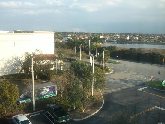 Holiday Inn Express Pembroke Pines-Sheridan St:                   View from the bedroom