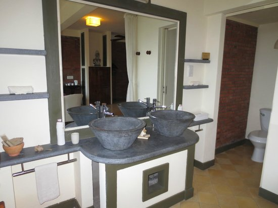 AVANI Quy Nhon Resort & Spa: Bathroom sinks