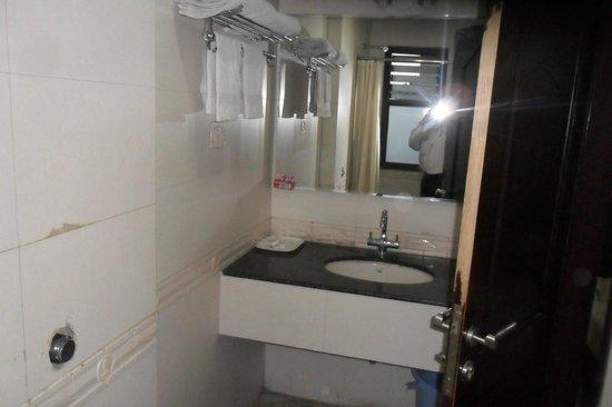 OYO 2984 Hotel Sun City:                                     Bathroom