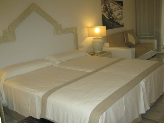 IBEROSTAR Marbella Coral Beach:                   Кровать в номере стандарт